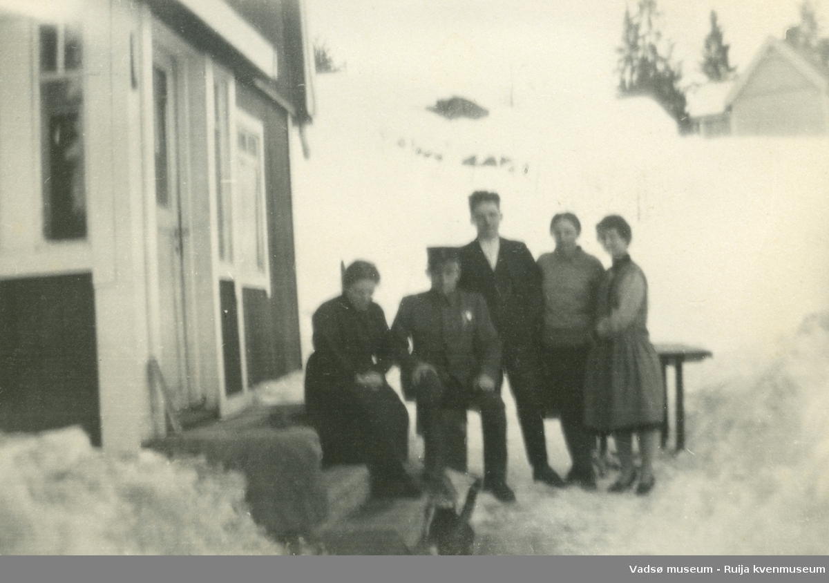 Gruppebilde av Mathilde og hennes brødre Tholvald i uniform og Paul, og hennes tanter Kari Smedstad og Sigrid Isaksen.