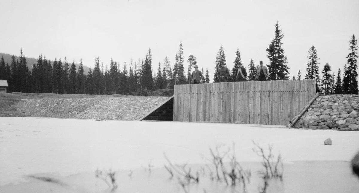 Tverdam for fløting. Laget av tømmer og stein. (Nåledam). Slemma. Nordre Slemsjøen. Nordre Slemsjødam.