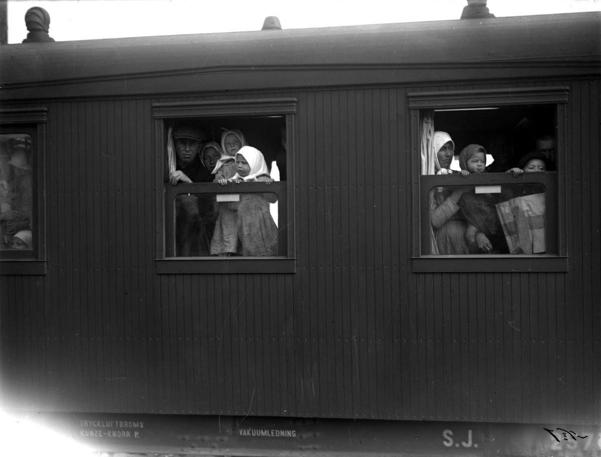 Svenskbyborna anländer till Jönköpings station med två chartrade tåg fredag 2 augusti 1929.