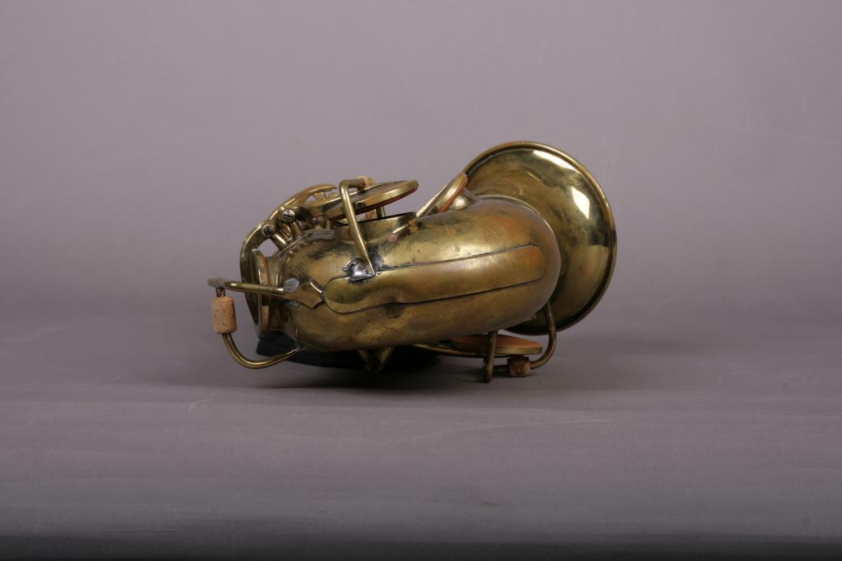Saksofonen har 22 tonehull som åpnes og stenges ved hjelp av 18 fingerposisjoner på klaffene. Instrumentets hals kan taes av. De andre delene (korpus, buen, klokkestykke) er sammenføyet ved en ring.