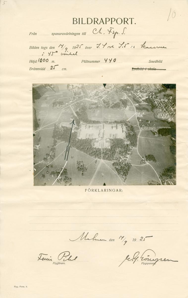 Flygfotografi av kasern för I 4 och I 5 i Linköping från 1000 meters höjd i 45 graders vinkel den 14 september 1925. Foto påklistrad på bildrapport från spaning vid flygspanarskolan på Malmen.