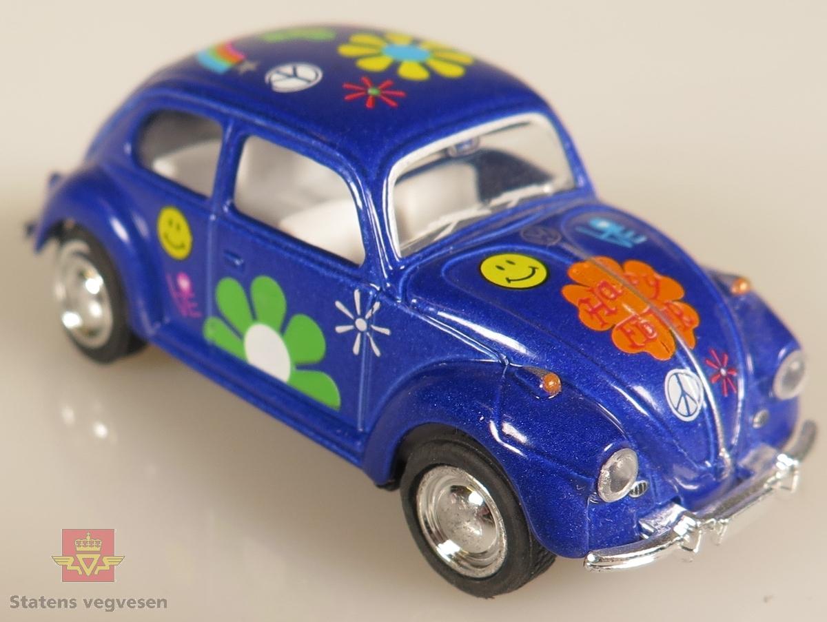 Modellbiler av Volkswagen Beetle, alle modellbilene er har blomster tegninger på seg, de ligner på hippy bobler. De har også forskjellig hovedfarge. to av bilene er farget rød, tre av de er farget gul, tre stykker er farget blå, to svarte og en rosa og hvit.