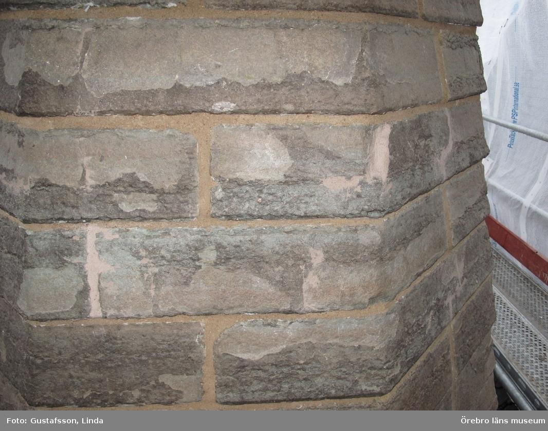 Renoveringsarbeten av tornfasader på Olaus Petri kyrka (Olaus Petri församling).Norra tornet omfogad och sten är lagad, västra trapphustornen.Dnr: 2008.230.065