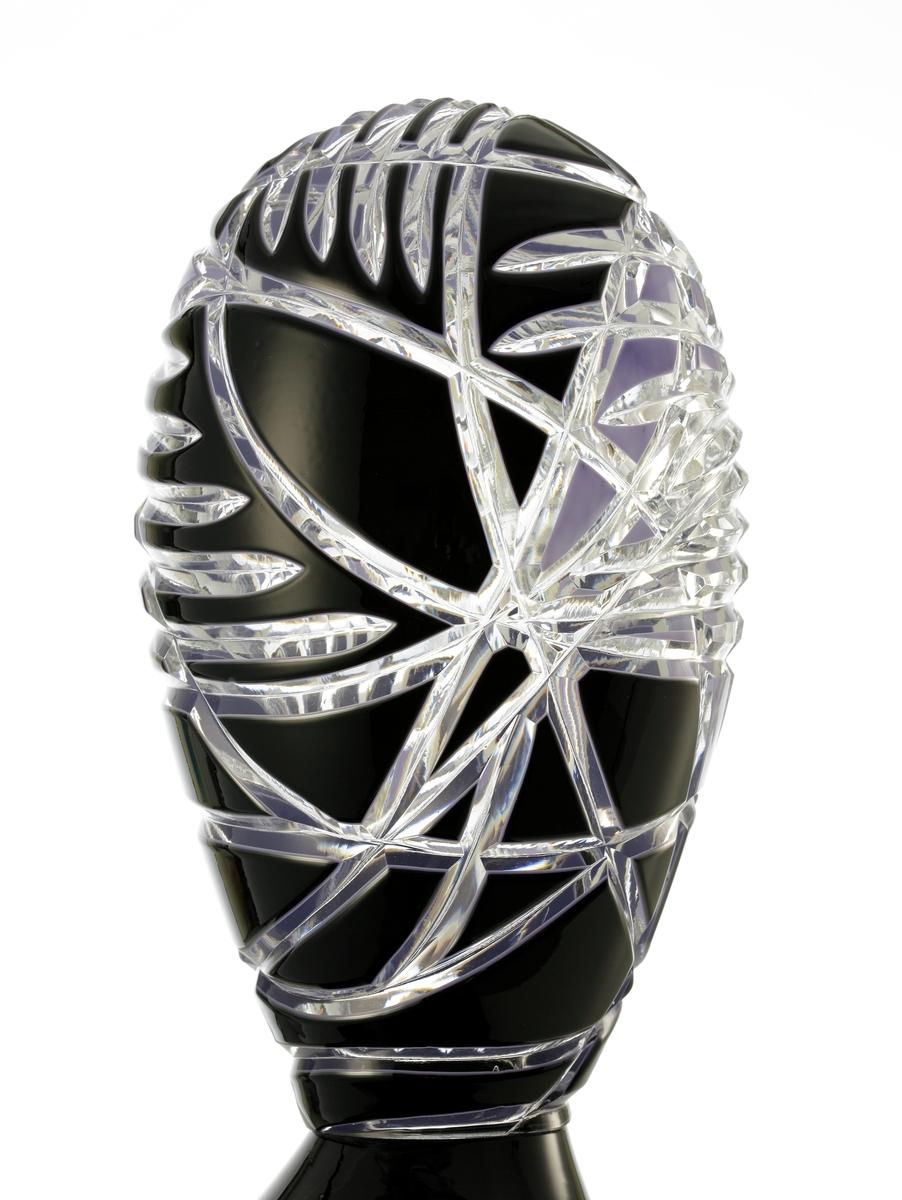 """Objekt """"Royal Meltdown"""" (det finns fler verk i serien) bestående av en organiskt formad """"sockel"""", vilken ser ut att ha smält över kanten på en bordsskiva, över vilken en oval och slipad form sitter monterad. Ovalen är smyckad i skärslipat överfång i svart och lila."""