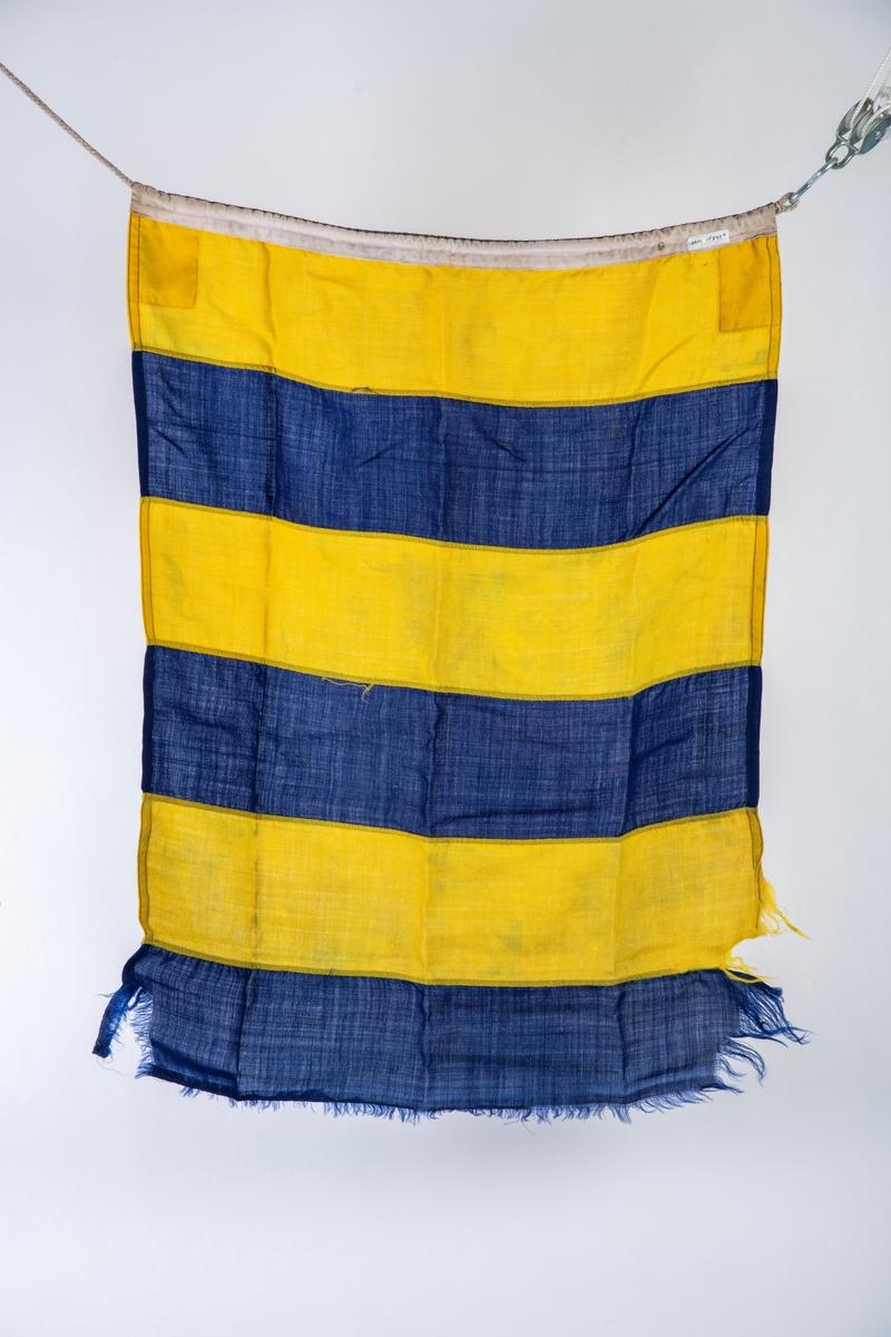Signalflagg, tallstandere, nasjonalflagg. 34 stk. Tilstand: de fleste av flaggene er sterkt slitte,  tildels fillete i kantene.  Alle var tilsotet og er renset.   1. Bokstav K = indre halvdel gul, ytre halvdel blå. 138 x 128 cm  2. Bokstav K   som 1, gulfargen er falmet.  147 x 121  3. Bokstav M = mørkeblått m hvitt kryss  168 x 129  4. Bokstav I = blekgult m sort sirkulært midtfelt  133 x 86 5. Bokstav W = Rødt midtrektangel, hvitt felt utenom,  6. Bokstav C 7. Bokstav X 8. Bokstav E 9  Bokstav G 10. Bokstav N 11. Bokstav R 12. Bokstav H 13. Bokstav T 14. Bokstav U 15. Bokstav U  16. Tall nr. 1 17. Tall nr. 2 18. Tall nr. 3 19. Tall nr. 5 20. Tall nr. 6 21. Tall nr. 8 22. Codeflagg  23. Bokstav W  24  Bokstav E 25  Rødt, hvitt, rødt i brede vertikale felt 249  x 68 26  Rødt, gult, rødt i horisontale felt = Spansk handels - og nasjonalflagg 129 x 92 27  Vimpel hvitt, sort, hvitt 28. Tall 3 = vimpel rødt, hvitt, blått vertikalt.  205 x 90  29.  Nasjonalflagg, Norge  200  x 139 30.  Nasjonalflagg Irland (Eire) nasjonal, orlogs og handelsflagg            = grønt, hvitt, orange i viertikale striper 134 x 84 31.  Nasjonalflagg, i grønt, hvitt og månesigd m stjerne  32.  Nasjonalflagg, Jordan (før 1926(?) = sort-hvitt, grønt i horisontale felt m 3 påmalte         røde stjerner i det hvite.  136 x 63  33.  Nasjonalflagg, Sovjetunionen. sigd, hammer og stjerne i gult på rød bunn.  34.  Nasjonalflagg, som 33  148 x 91