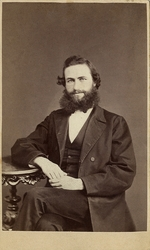 Foto av en man med pipskägg och yviga polisonger, klädd i mö