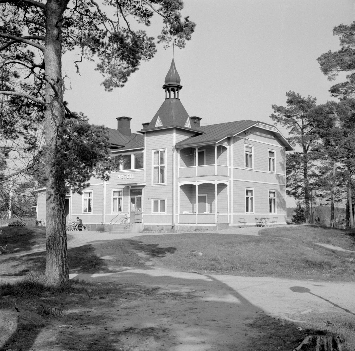 Arkösunds hotell uppfördes 1895, vilket sammanföll med att järnväg dragits till platsen. Dessa händelser blev början av Arkösund som samhälle. Hotellet moderniserades 1945 och har senare kraftigt om- och tillbyggts. Bilden visar hur anläggningen tog sig ut 1965.