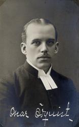 Foto av en man klädd i prästrock och prästkrage.  I bildens