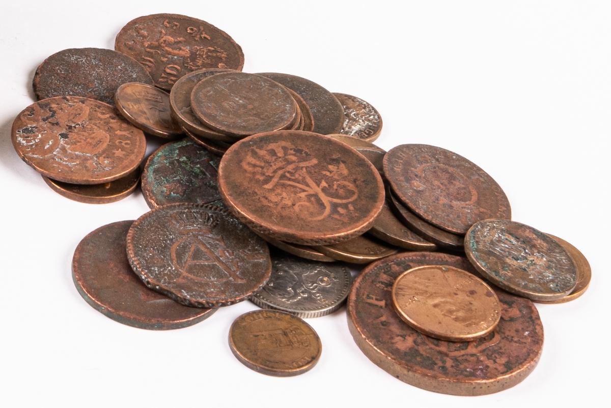 En oval mässingsdosa/snusdosa präglad med evishetsalmanack m.m. på lock och botten. Olika bokstäver och tecken. Daterad till 1750-talet.   Innehåller 30 st kopparmynt. Mynten är både svenska och utländska. Det äldsta från 1666. Mynten fanns i dosan vid fyndet men är sekundära.