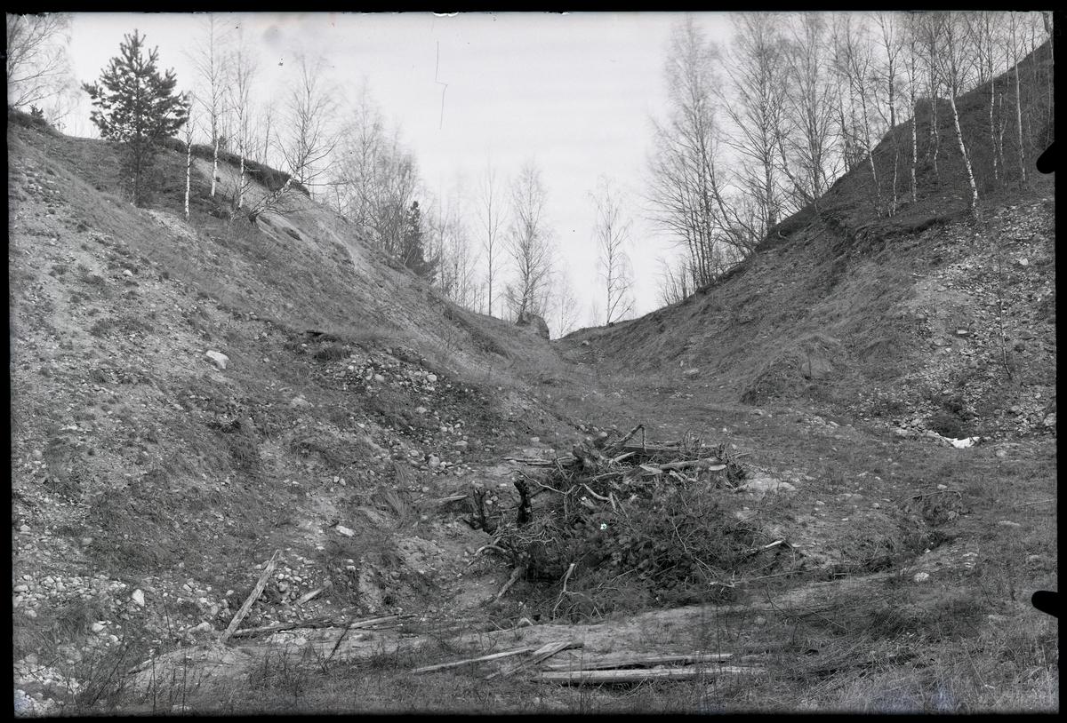 Gravfältsområdet, omedelbart norr om Ströbohög, före renoveringen 1937, i Köping.
