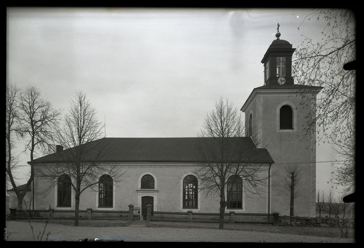 Huddunge kyrka från norr, taget från söder.