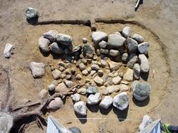 De olika undersökningsmomenten av skelettgraven A9 på gravfä