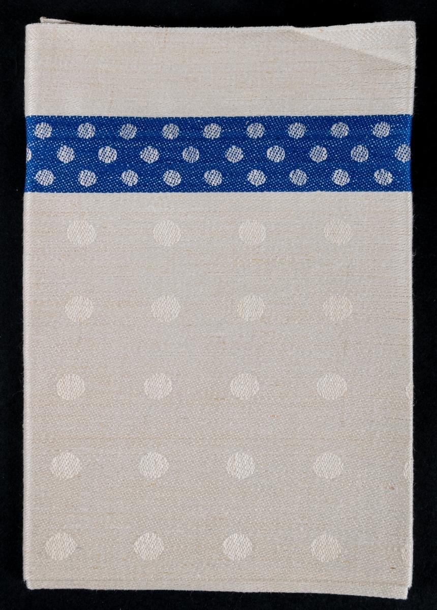 Oklippt, maskinvävd handduksväv av hellinne tillverkad vid Torsåkers linnefabriks aktiebolag. Vävd i tuskaft med naturfärgad botten med blåa effektränder.