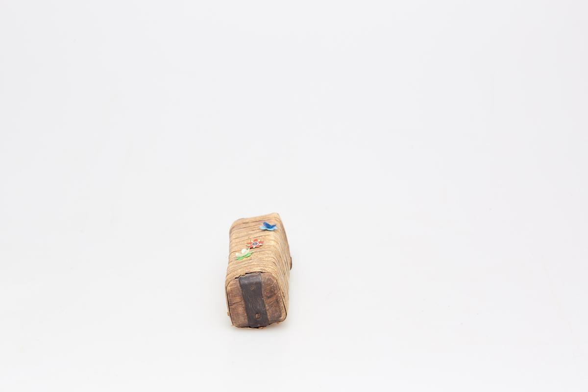 Treboks trukket rundt med næver fra topp til bunn. Boksen smalner noe nedover og er forsterket med et jernbånd i bunnen. Har hatt oppheng øverst på baksiden. Dekorert med maiblomster og H7-merke.