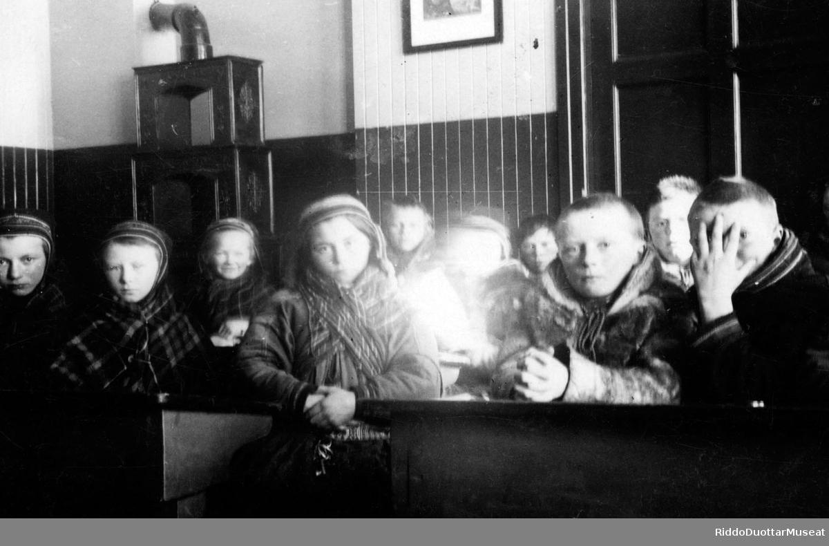 Skuvlamánát čoahkanan skuvlastohpui. Skolebarn samlet i skolestua.