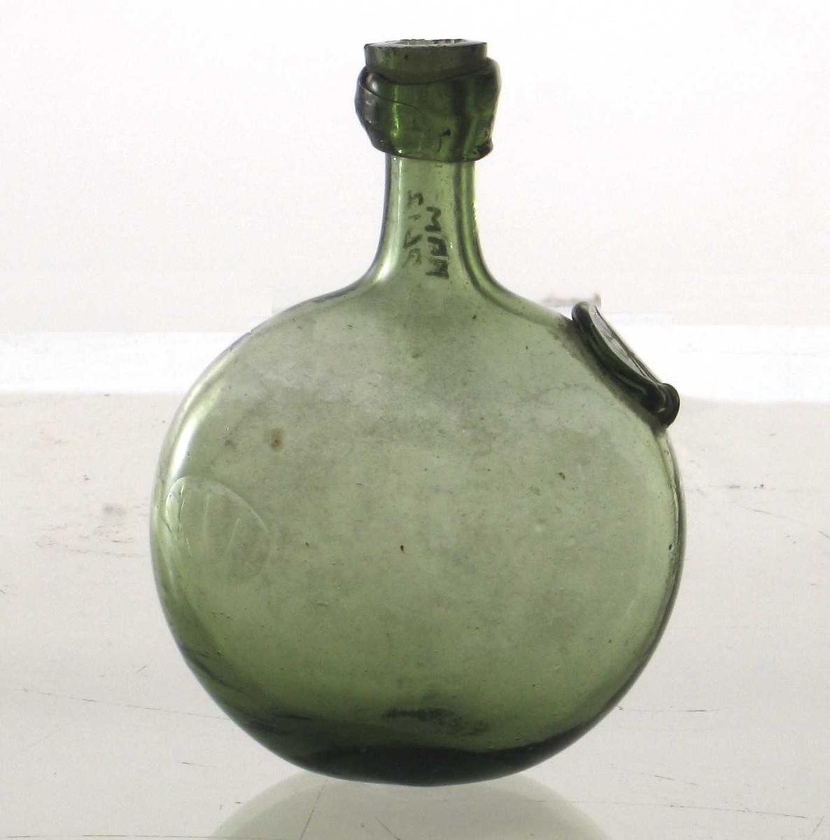 Grønt glass,  kuleformet flattrykt korpus, høy, smal hals,  fals ved munningen, påloddet knapp på skulderen  med segl og initialer   R.I.R.  1800-årene, Norge. Tilstand 1962: god.