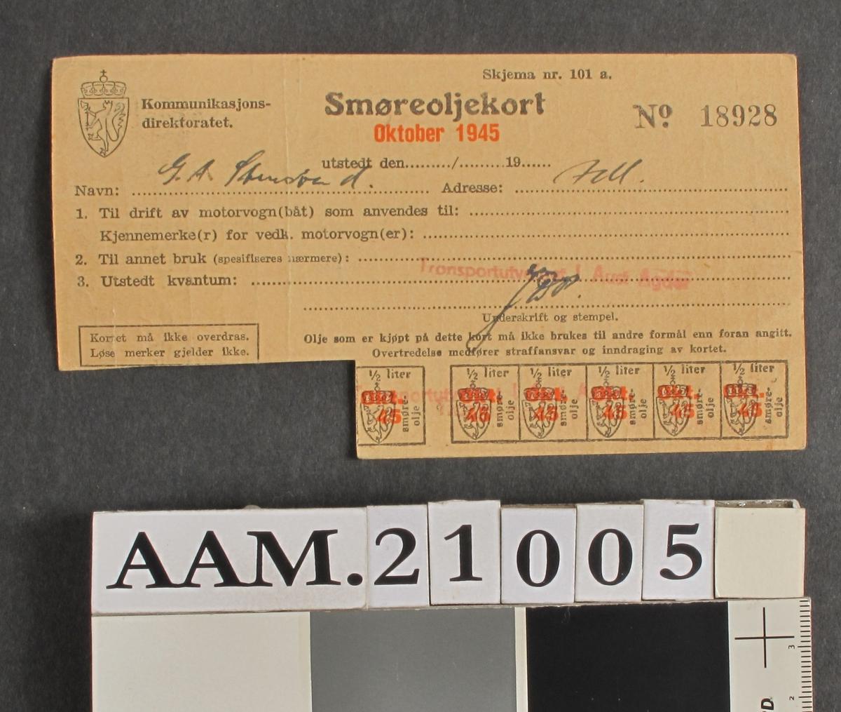Smøreoljekort, oktober 1945.  Papir, lysebrunt. Utstedt til Gustav A. Stensvand. 4 merker av 10 er avklippet. På baksiden:  Ved salg av brukt olje til forhandleren, hadde man krav på samme kvantum ny eller regenerert smøreolje uten rasjoneringskort.