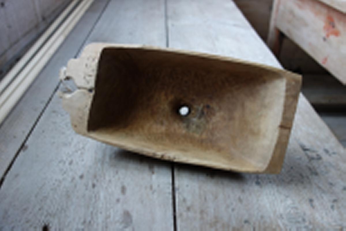 Form: Rektangulær form, uthult med ei trakt i midten.