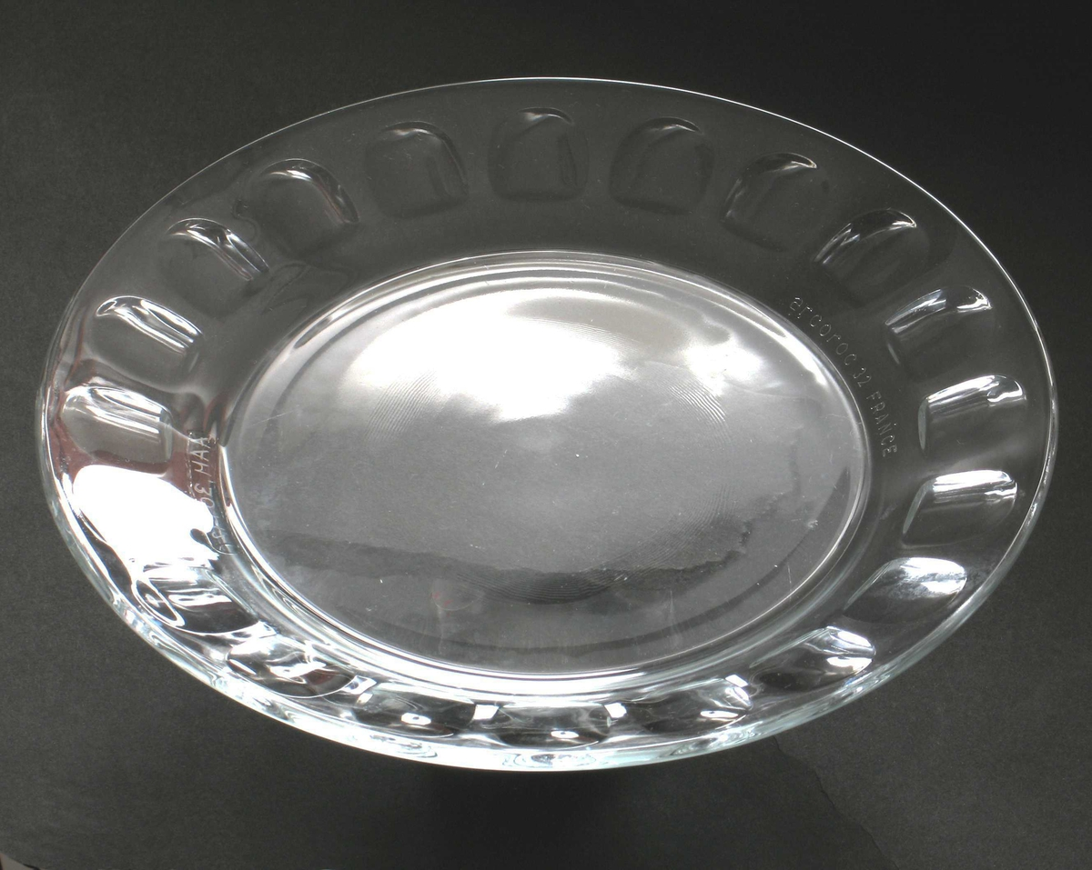 I glasset mønster av rundinger langs kanten.