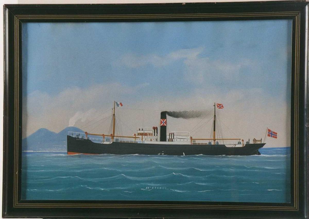 """D/S """"Cygnus"""" av  Arendal.  Dampskip på Napoligolfen.  Rederiflagg: rødt med hvitt kryss,  i midten blå rombe m. hvit T.   Norsk flagg (rent) på hekken, italiensk på fortoppen."""