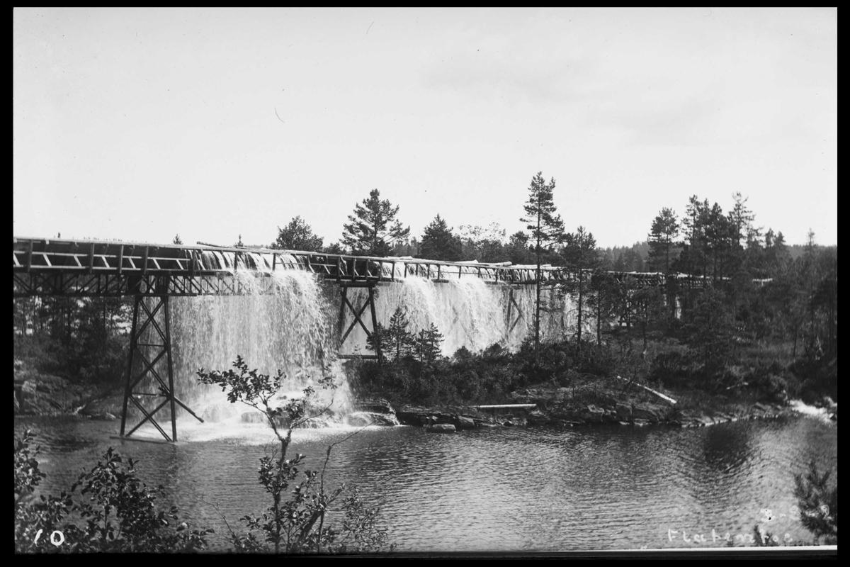 Arendal Fossekompani i begynnelsen av 1900-tallet CD merket 0470, Bilde: 64 Sted: Flaten Beskrivelse: Tømmerrenna. Overgangen til brukseierforeningens renne