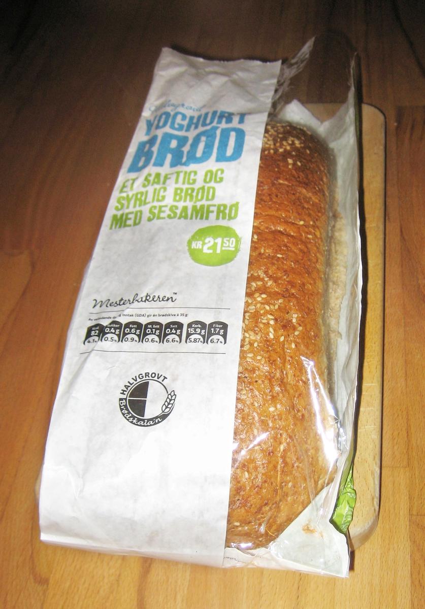 Det er ingen motiv på posen. Brødets navn Halvgrovt youghurt brød står på forsiden.