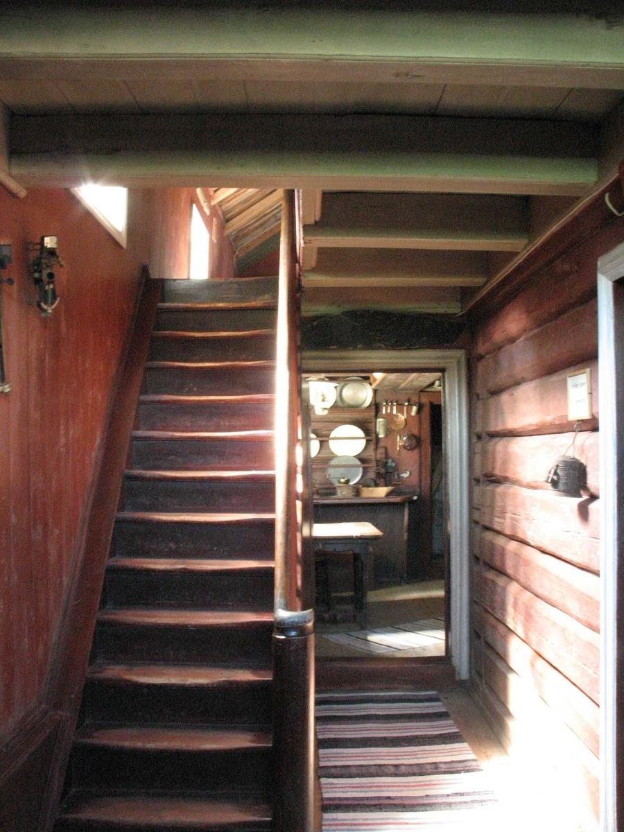 Merdøgaard. Interiør gangen, med døråpning mot kjøkkenet. Trapp tv, tømmervegg th.