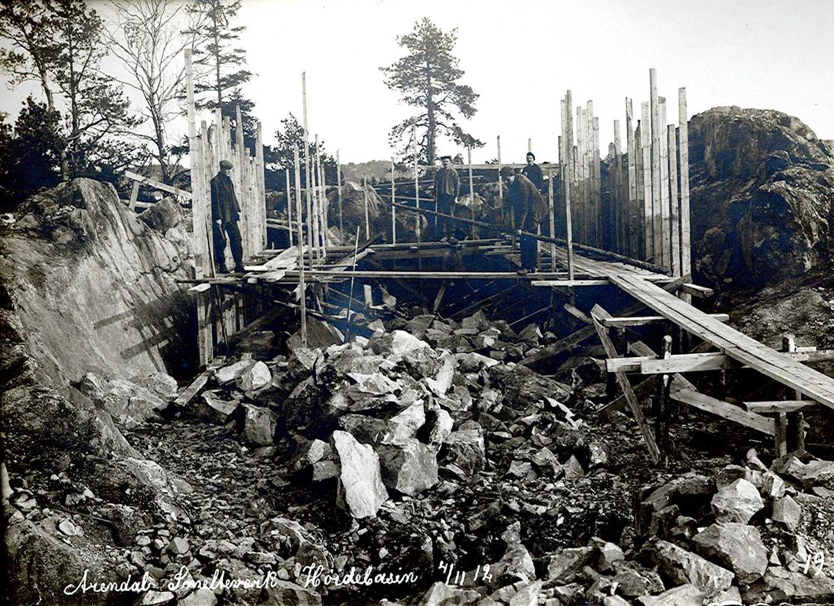 """""""04/11-1912"""" Nitriden. Smelteverket. Felles høydebasseng for trykkvann til bedriftene under utsprengning med påfølgende grunnarbeider og forskalinger."""