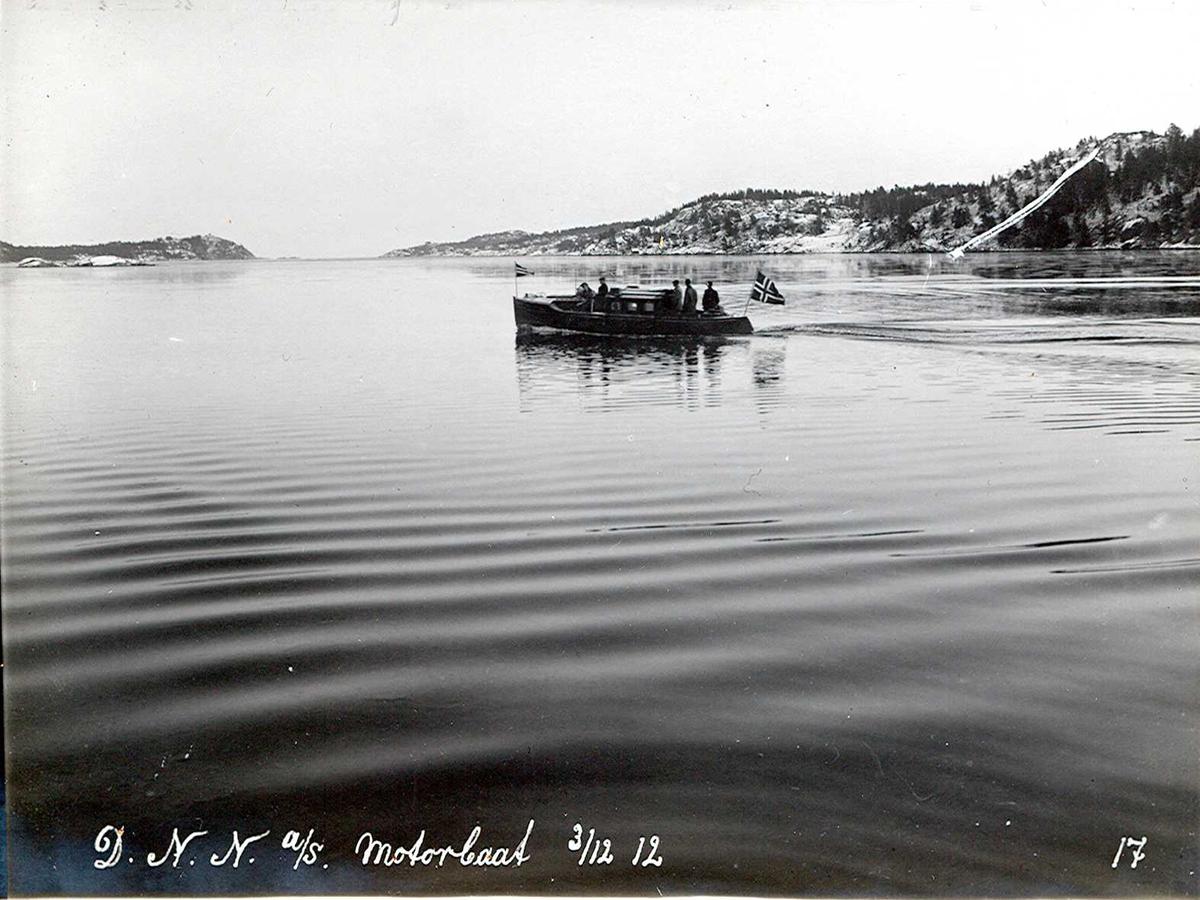 """""""03/12-1912"""" Nitriden. Representasjonsbåt """"Nitirid I"""", bygd i Fredrikstad. Nitriden overtok båten i 1912. Den ble brukt som representasjonsbåt til ut over i 1920 årene. En gang pr. uke skysset funksjonærer tur/retur Eydehavn/Arendal på handletur. Tromøysund nærmest, Tromøy til høyre. Hvideberget i bakgrunnen."""