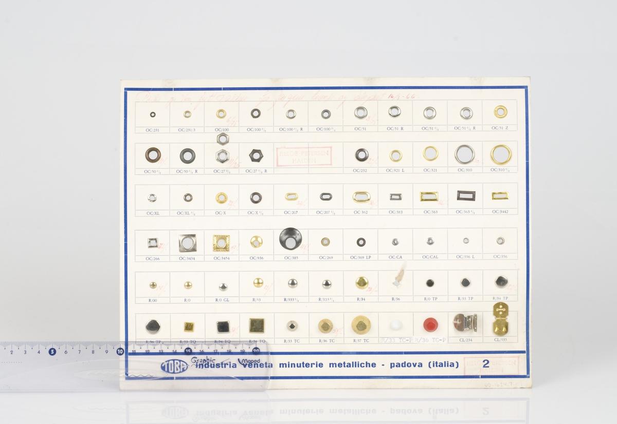 En prøveplate med forskjellige typer maljer og trykk-knapper påfestet på platen. Platen ligger i en plastmappe. Maljene og trykk-knappene er av metall. Antall maljer og trykk-knapper på platen er 64. Påført tekst på platen.