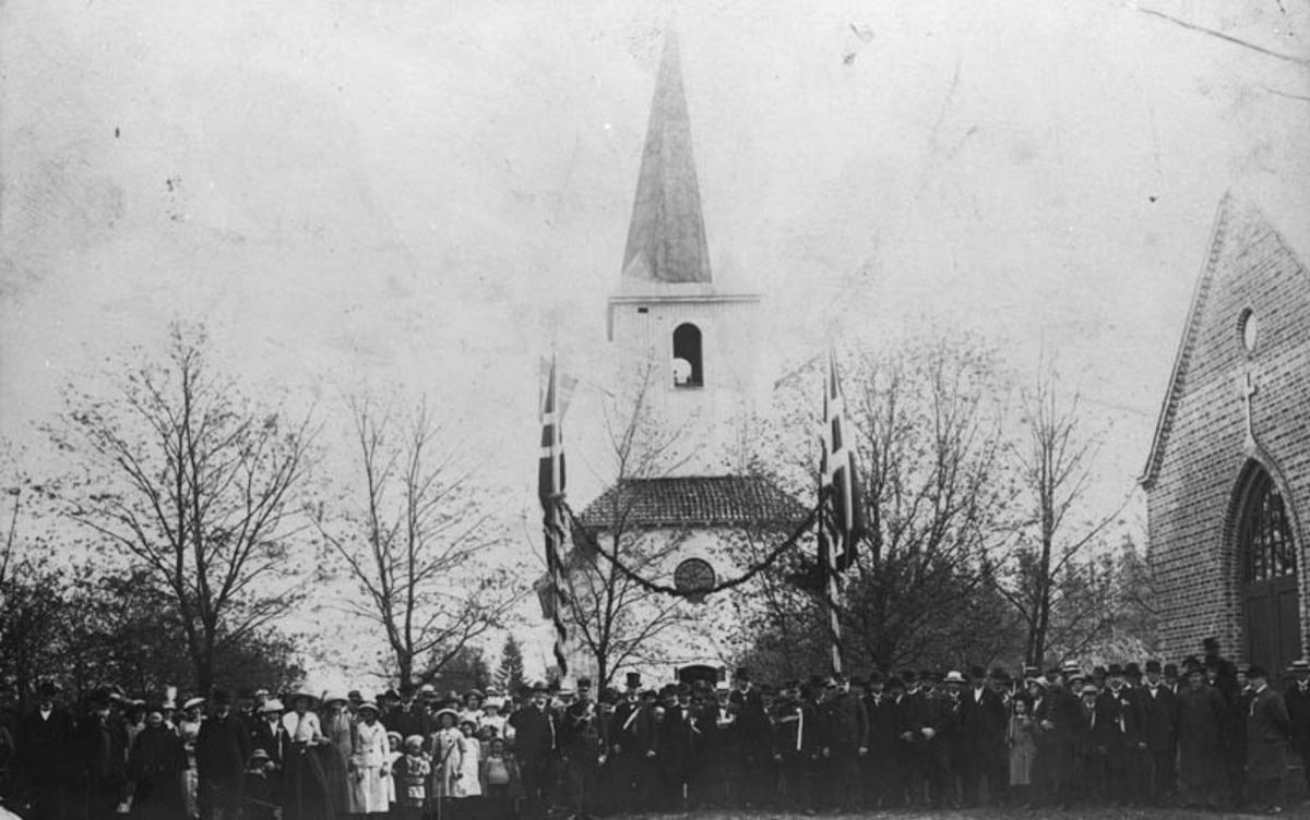 Ski kirke, gravkapellet, mennesker, norske flagg