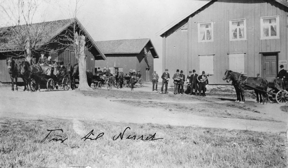 Tur til Nesset. Fire ekvipasjer med 2 hester med vogner og hornorkester