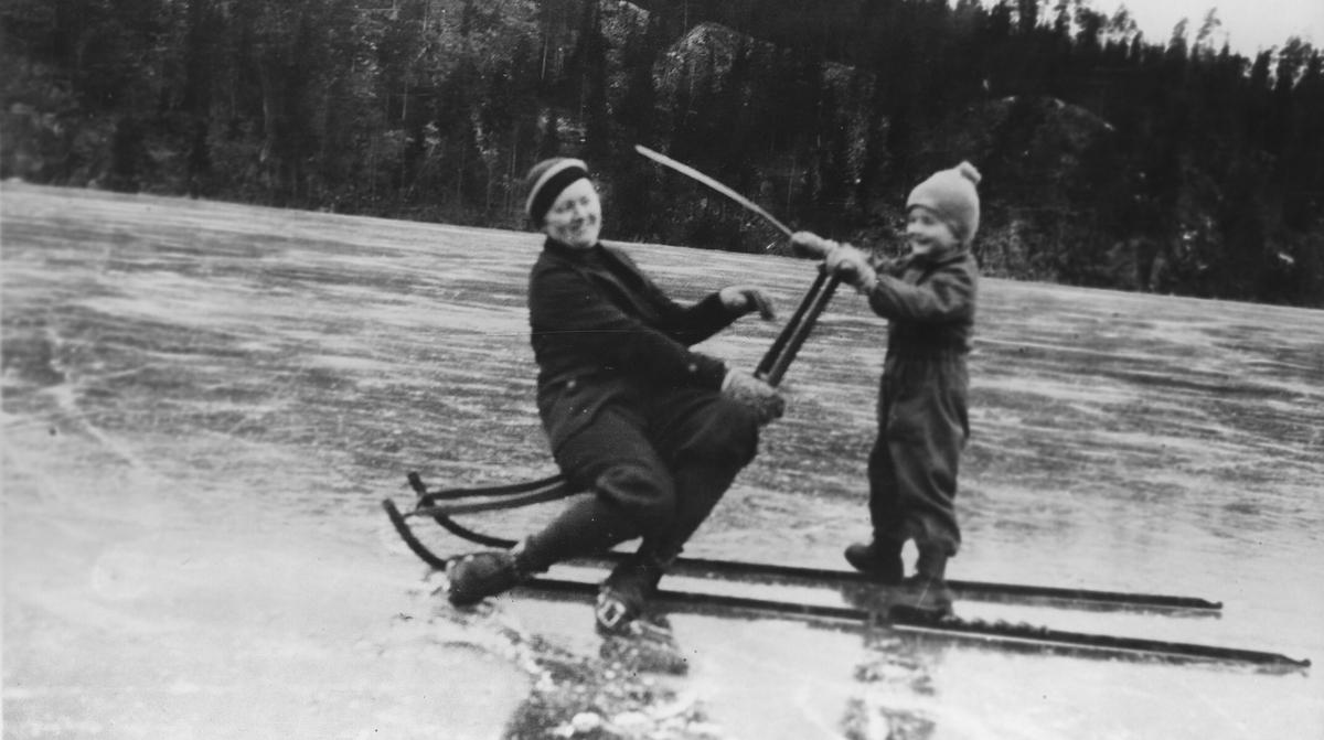 Signe og sønnen Erling Wold på Kolbotntjernet med spark