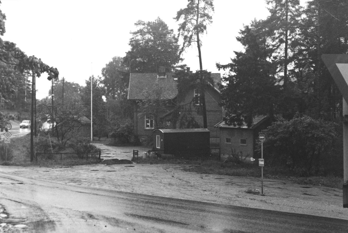 Parti fra Kolbotn. boligeiendom ved et busstopp i krysset Skiveien og Sønsterudveien.