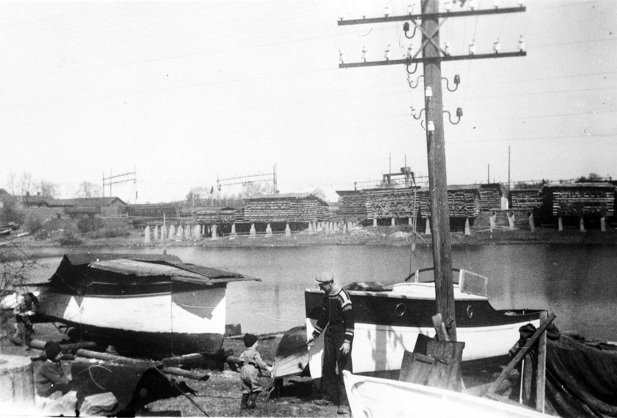 Båtpuss i Dammensvika. Viktor Eriksen med sin båt.