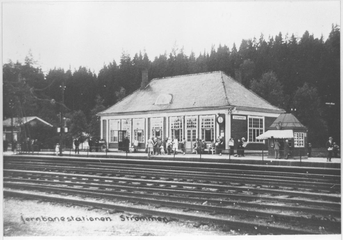 Sommerbilde av Strømmen stasjon med den gamle kiosken.