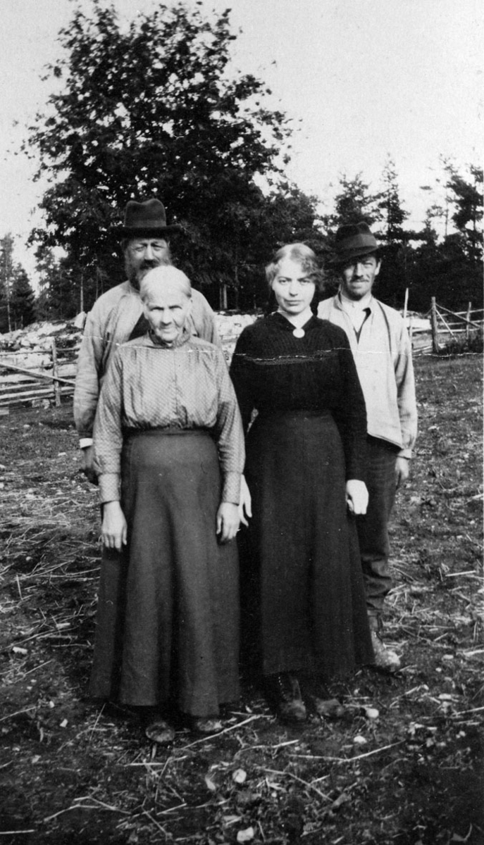 Anton og Gudbjørg Andersen sammen med barna Inga og Johannes