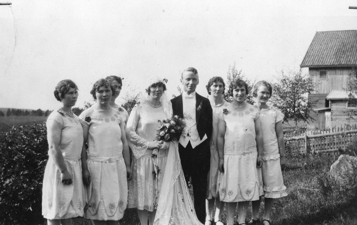 Brudepar med 6 brudepiker.