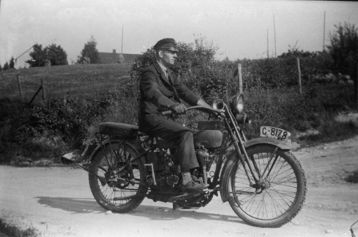 Mann på motorsykkel - Harley Davidson J-modell fra 1917-21.