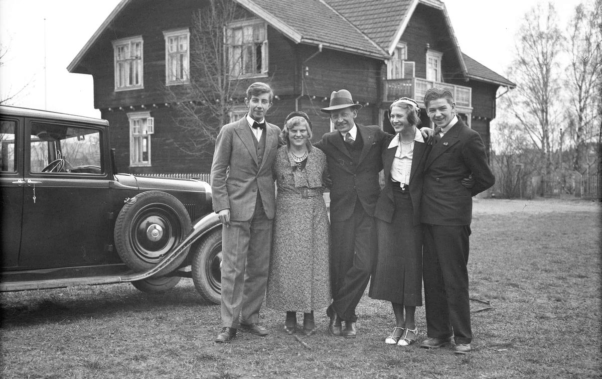 Kvinner og menn med bil fra 30-tallet.