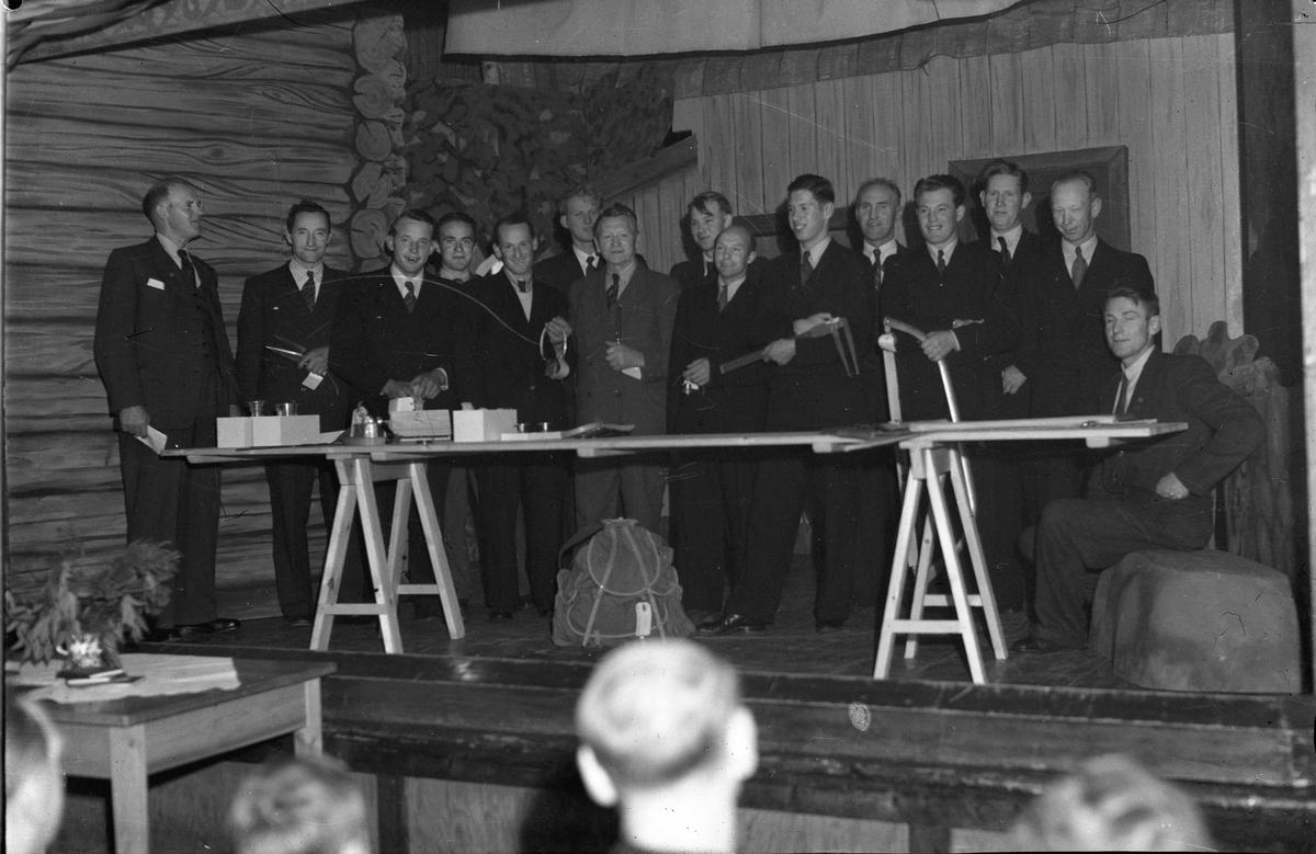Forsamling. Menn med snekkerverktøy. Jens Røkholt helt til venstre.