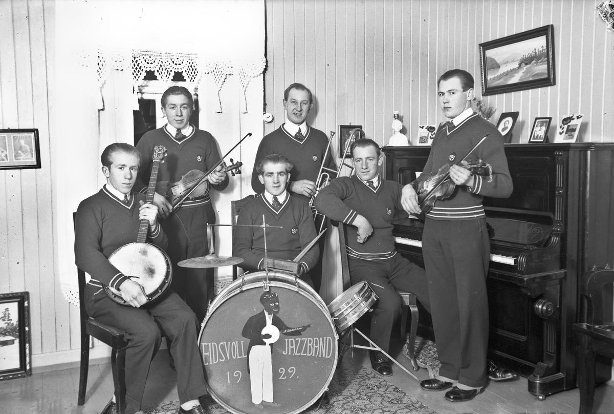 Eidsvoll Jazzband 1929. Fra v: Kåre Ruud, Roald Johnsbråten, Hjalmar Ruud  på trommer, John Johansen (bak), Arve Ruud og Arne Ruud.