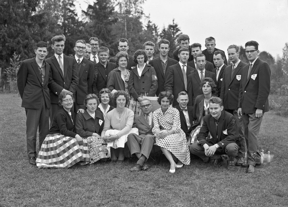 """Russ fra Eidsvoll Landsgymnas (ELG).  En av dem har merke for """"Dødsgjengen"""" – som hadde ansvar for å finne på morsomheter.  Sittende foran fra høyre: Hans Kristian Skovseth, Anne Marie Vidnes, X, X, lektor Toralf Floden."""