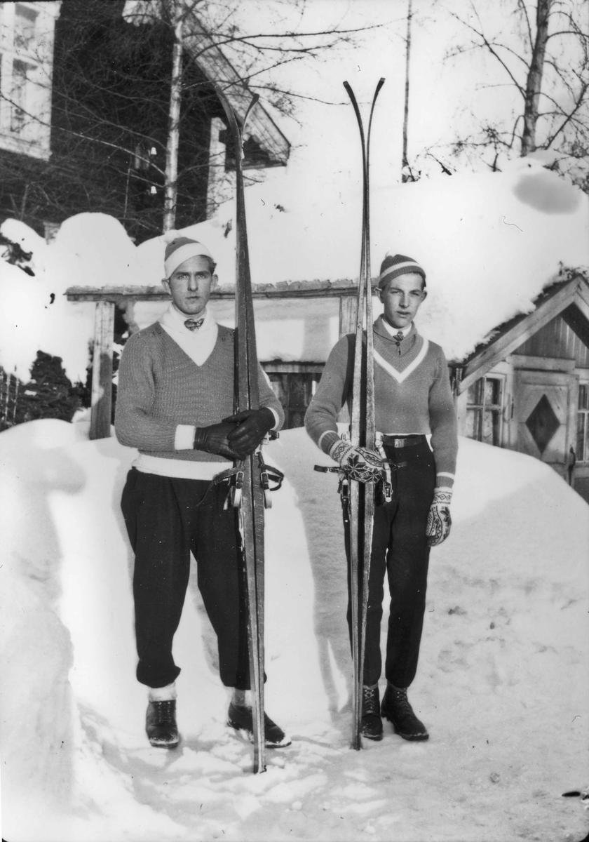 2 menn med ski.