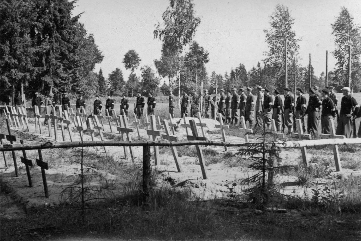 Hjemmestyrker ved et gravsted for falne under krigen. Bilde tatt etter krigens slutt.