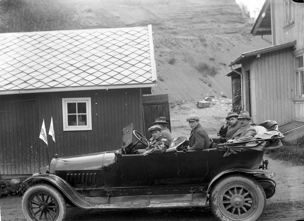 """5 personer i en bil - flagg merket """"Sportmanden""""."""
