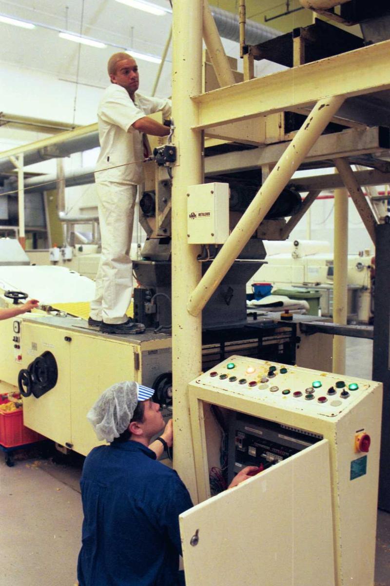 Fabrikkmiljø, arbeidsmiljø, maskiner, arbeider, mann, arbeidstøy