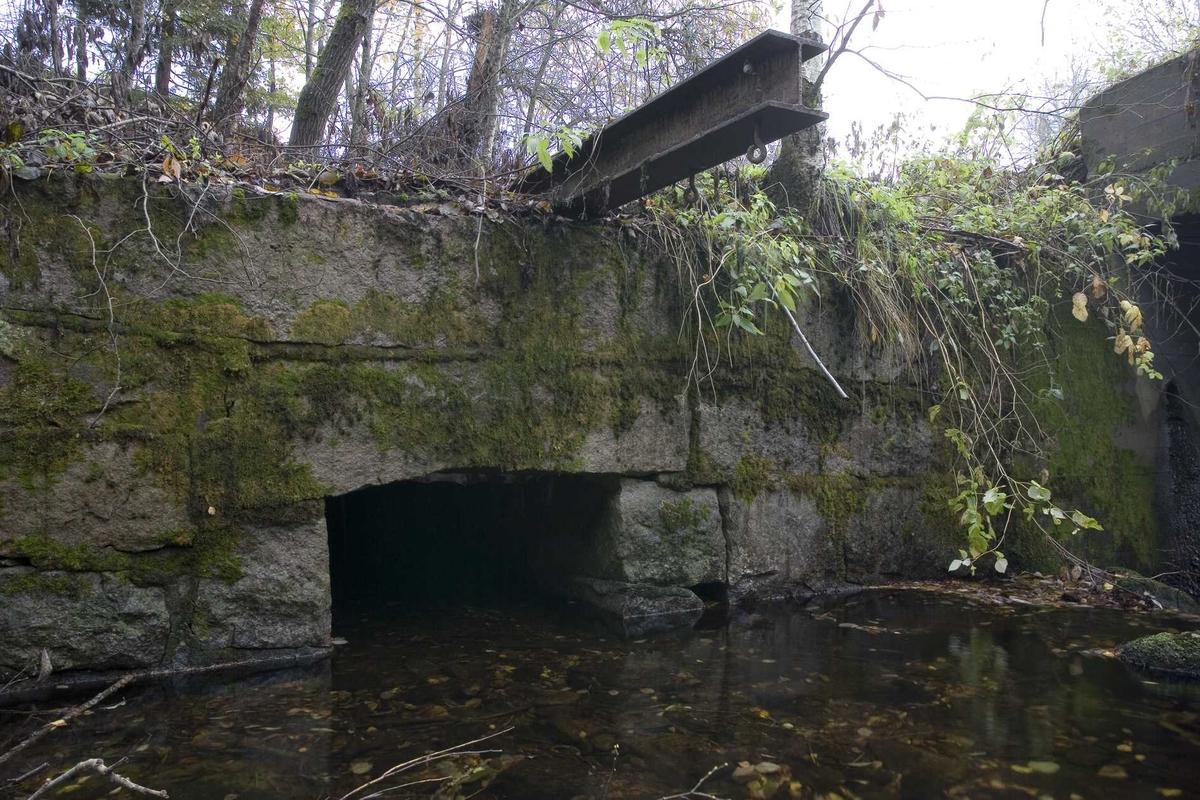 Aas gård, gammel vannutløp, mulige rester av gammel bro, bro over Aasbekken, fra vest.