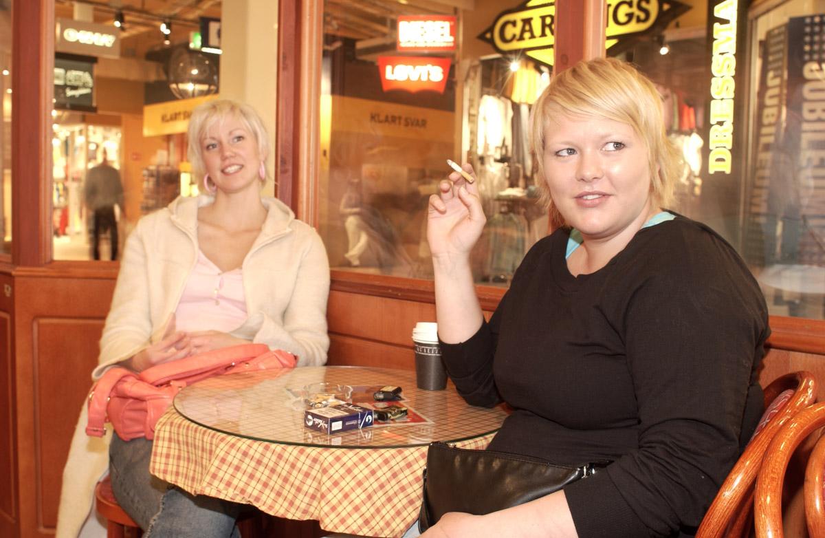 Kafegjester på røykerommet Baker Nordby i 2. etg Ski Storsenter.