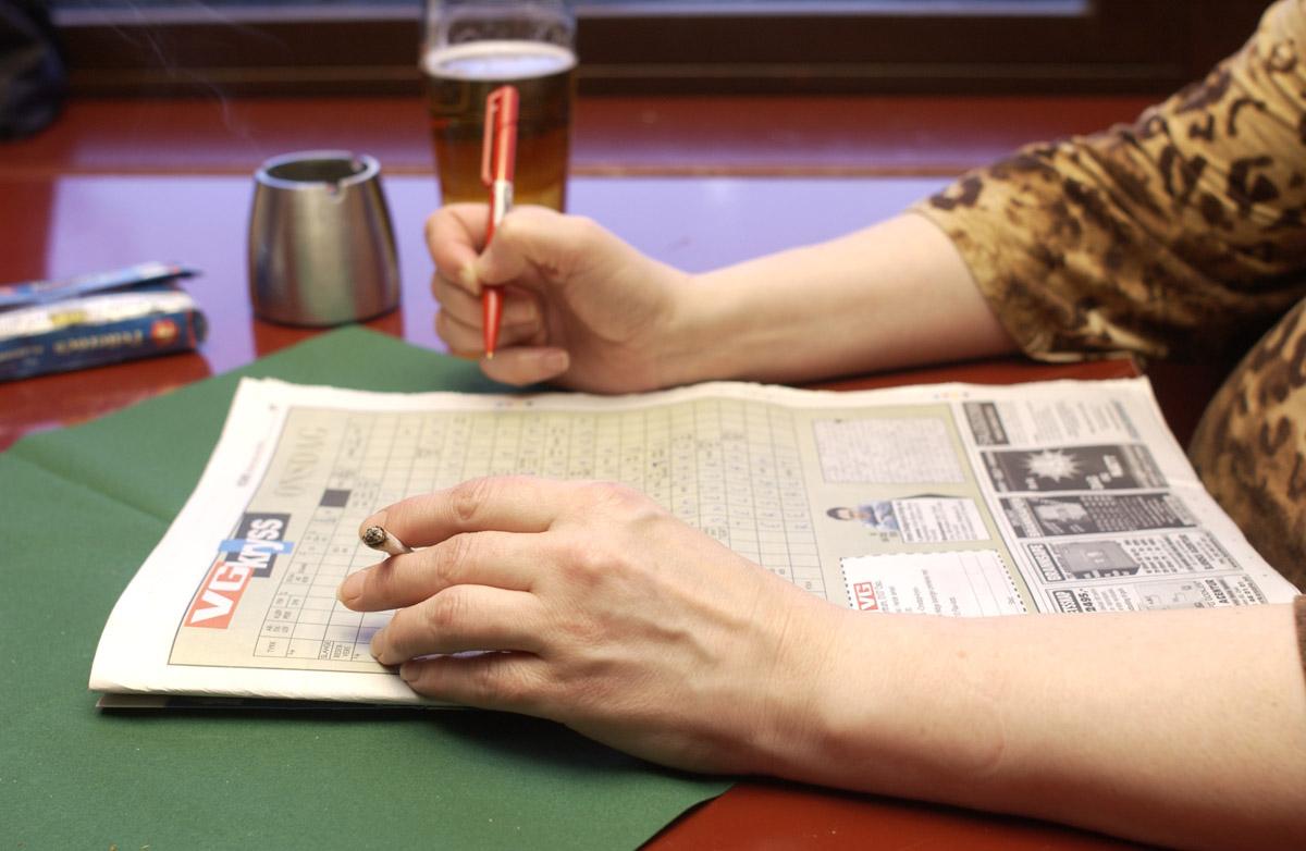 """Nærbilde av hender med """"rullerøyk"""", rulling av røyk, tobakkspakke. Sveaborg Bar & Spisested"""